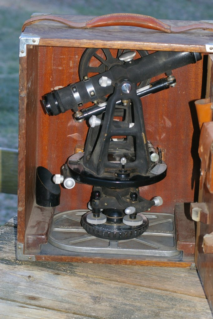 Dietzgen Surveyors Transit or Theodolite in case from 1950s - Click Image to Close
